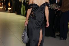 Sara Leupold Couture H/W 2018 Abendkleid aus schwarzem Satin, raffiniertem Cut-out und Raffung am Arm aus schwarzer Tüllstickerei