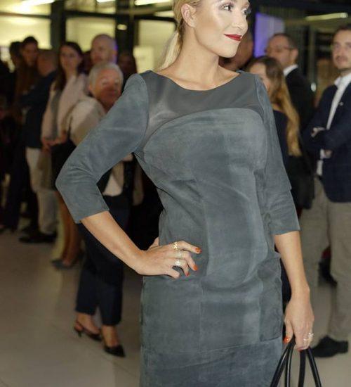 Sara Leupold Couture H/W 2018 Lederkleid in Taupe mit raffiniertem Rückenausschnitt