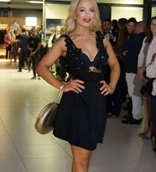 Sara Leupold Couture H/W 2018 Cocktailkleid bestehend aus einem schwarzen Leder Rock und Tüllstickerei mit schwarzen Blüten
