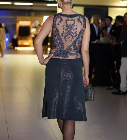 Sara Leupold Couture H/W 2018 Blau/Graues Lederkleid mit Tüllstickerei am Rücken