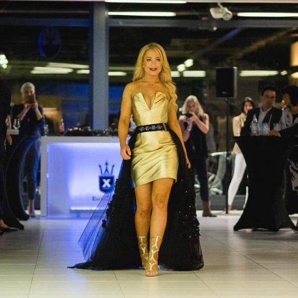 Sara Leupold Couture H/W 2018 Goldenes Lederkleid in Kombination mit einem mit Blüten besetzten Tüllrock