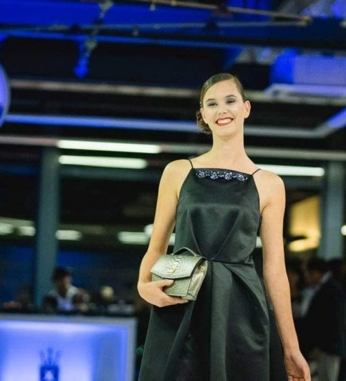 Sara Leupold Couture H/W 2018 Satinkleid besetzt mit Kristallblüten