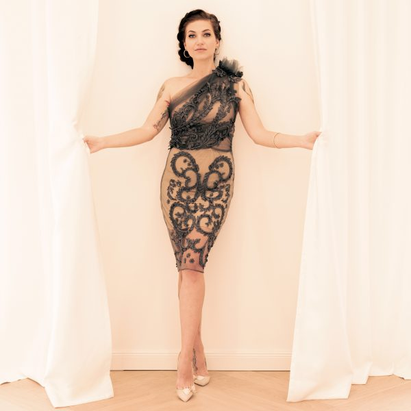 Couture H/W 2018 graues Cockltailkleid aus Tüllstickerei